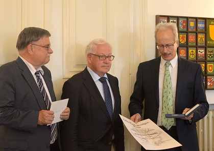 Der scheidende VSBN-Präsident Marcel Häberling überreicht den Otto-Paul-Wenger-Preis an Fritz Rudolf Künker. Links der scheidende Generalsekretär des VSBN, Lutz Neumann.